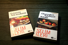 Roman okur gibi yemek kitabı okumak